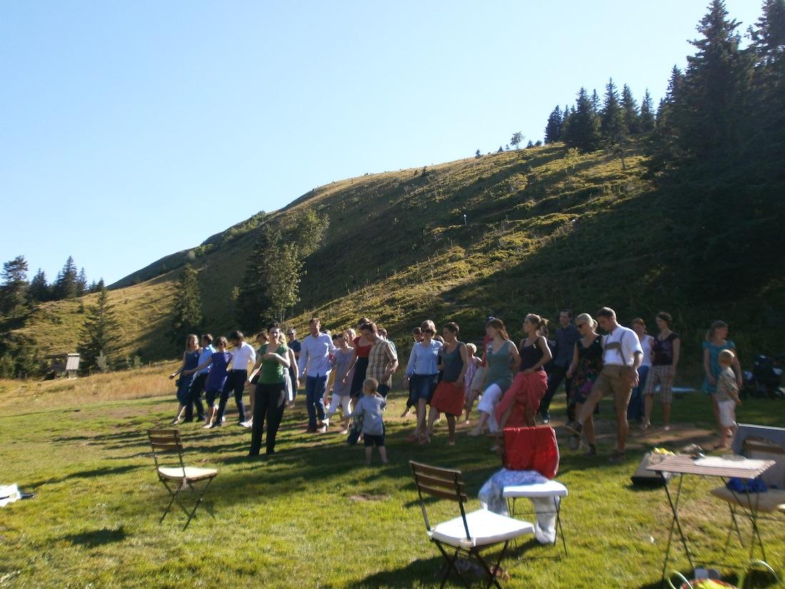 Hochzeitsgesellschaft tanzt auf dem Feldberg Swing